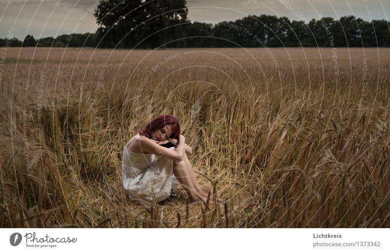 Mädchen im Feld Mensch Jugendliche schön Junge Frau weiß Erholung rot Landschaft ruhig 18-30 Jahre schwarz Erwachsene gelb Gefühle träumen Zufriedenheit