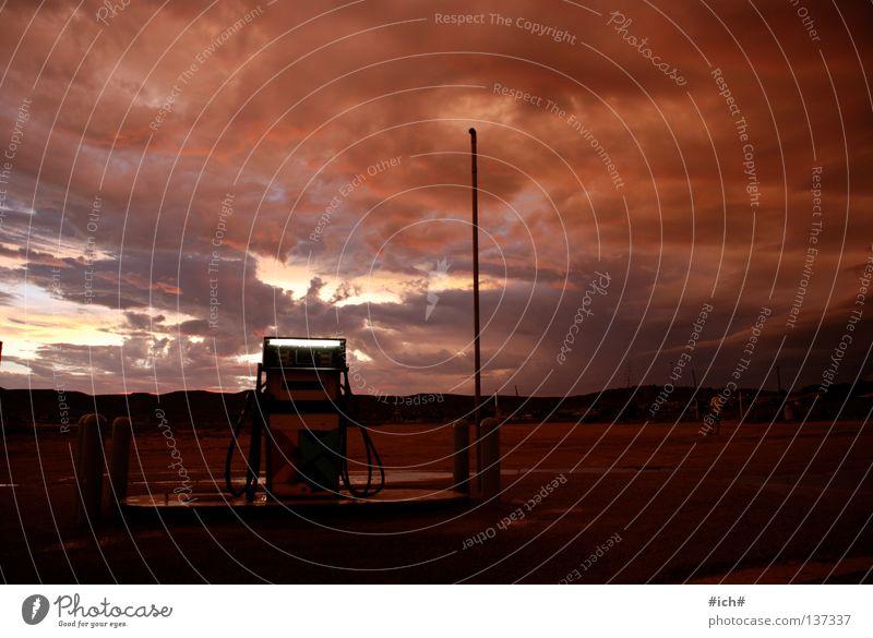 Tanken im Nichts. Himmel rot Wolken Einsamkeit dunkel Regen Afrika Benzin Tankstelle Südafrika Erdöl Zapfsäule