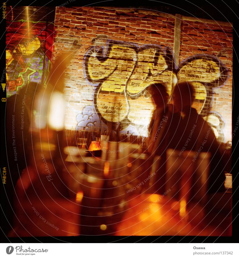 Feierabend Mensch Graffiti Party Mauer Glas trinken Bar Gastronomie Nacht Backstein Flasche Cocktail Alkohol Lomografie Mittelformat Scan