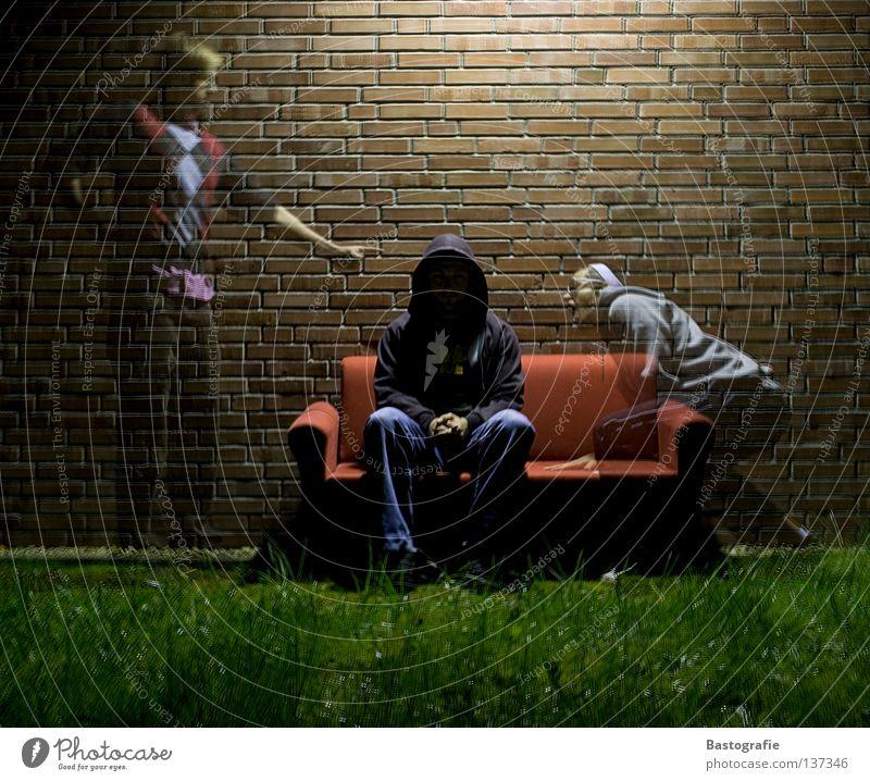 Einflüsse Einfluss Geister u. Gespenster Teufel gruselig Langzeitbelichtung Nacht Sofa Gras Mauer Backstein Seele Manipulation Panik Licht Wiese Kapuze Angst