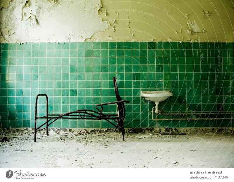 SCHLAFPLATZ Bett schlafen Liege Sofa Gestell streben Eisen gekrümmt geschwungen unvollendet kaputt Pritsche verrotten veraltet dreckig Staub Putz Wand