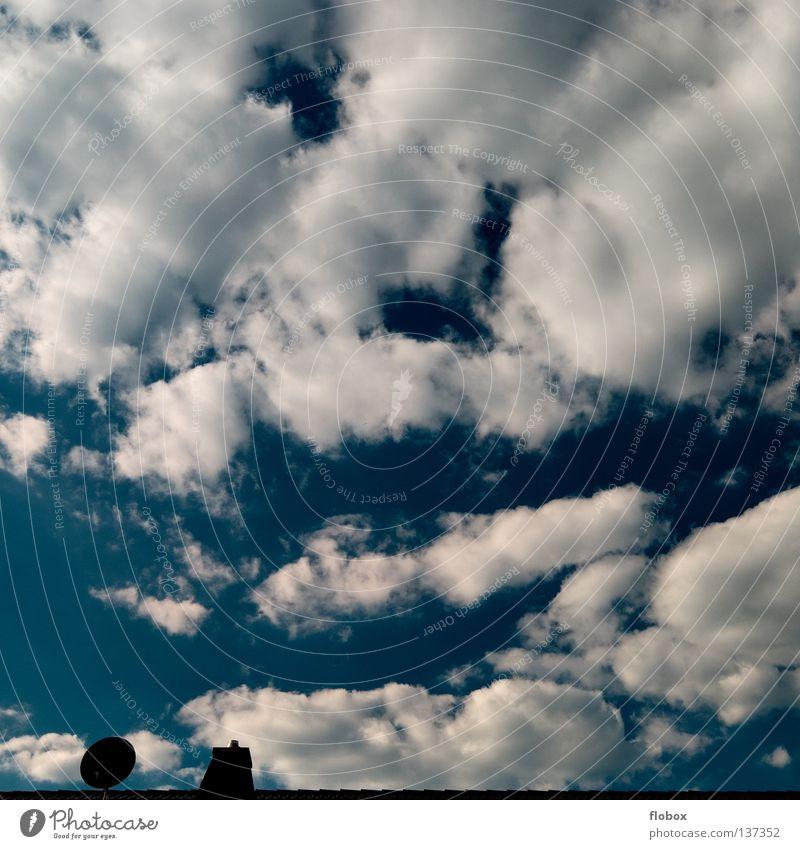 Minimalismus in Reinstform Wolken dunkel Haus Satellitenantenne Dach Parabolantenne Wolkenfeld blau dramatisch Unwetter Schornstein Sonnenlicht Wolkenhimmel