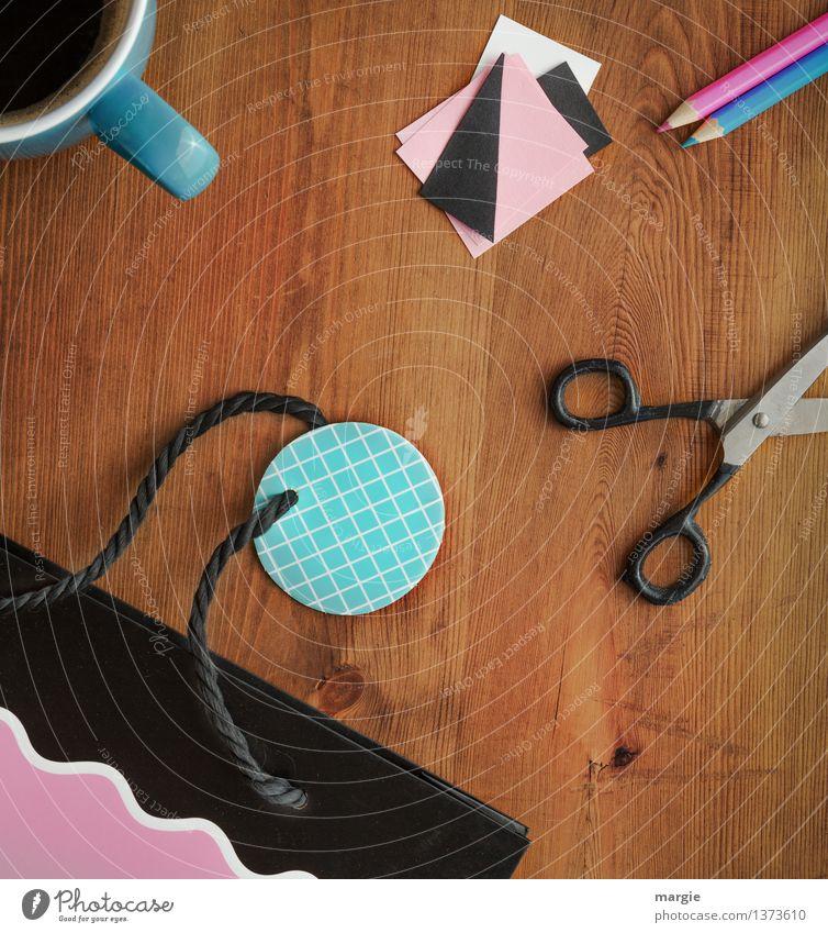 Geschenk einpacken mit Kaffeetasse, Schere, und Stiften Getränk Tasse Freizeit & Hobby Basteln Handarbeit heimwerken Renovieren Büroarbeit Arbeitsplatz Zettel