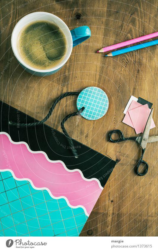 Geschenk einpacken mit Kaffeetasse, Schere, und schöner Tüte Getränk Heißgetränk Tasse Freizeit & Hobby Basteln Handarbeit Dekoration & Verzierung Schreibtisch