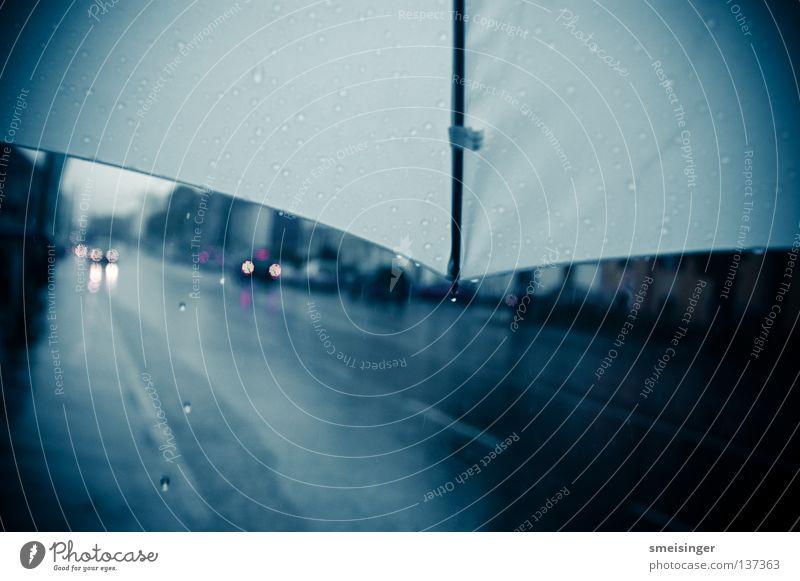 Kontrastprogramm ... schlechtes Wetter dunkel Regen Vignettierung Stadt Asphalt nass Herbst Wasser Gewitter Regenschirm blau Wolken Straße