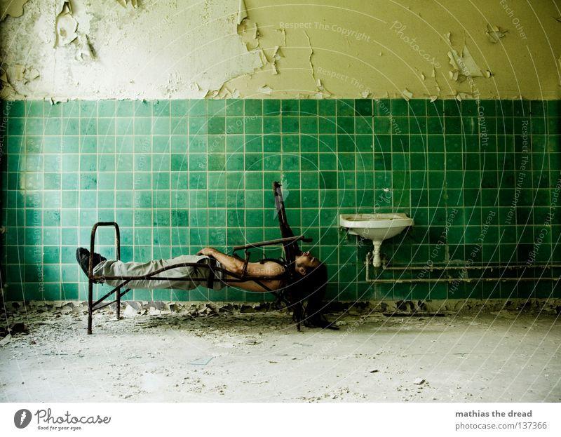 DER SCHLAF Bett schlafen Liege Sofa Gestell streben Eisen gekrümmt geschwungen unvollendet kaputt Pritsche verrotten veraltet dreckig Staub Putz Wand