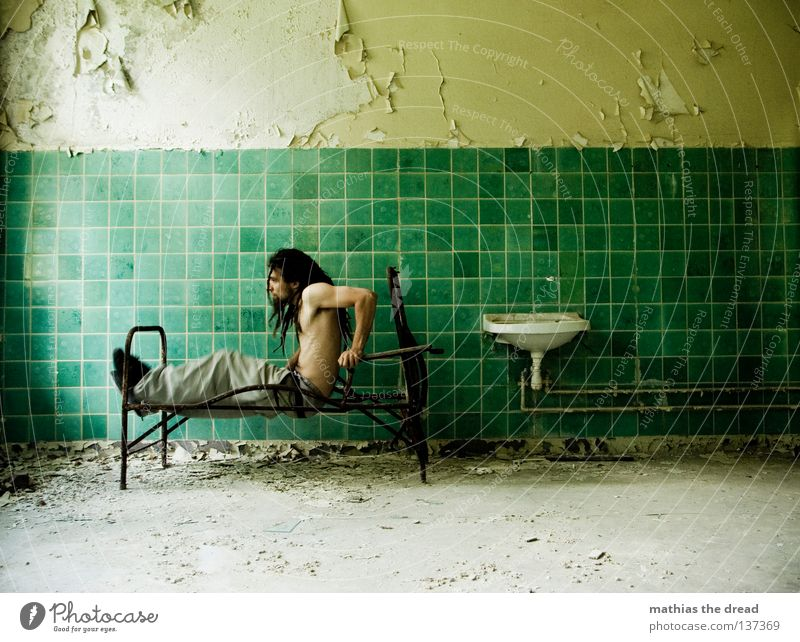 HOCHQUÄLEN Bett Liege Sofa Gestell streben Eisen gekrümmt geschwungen unvollendet kaputt Pritsche verrotten veraltet dreckig Staub Putz Wand Fliesen u. Kacheln