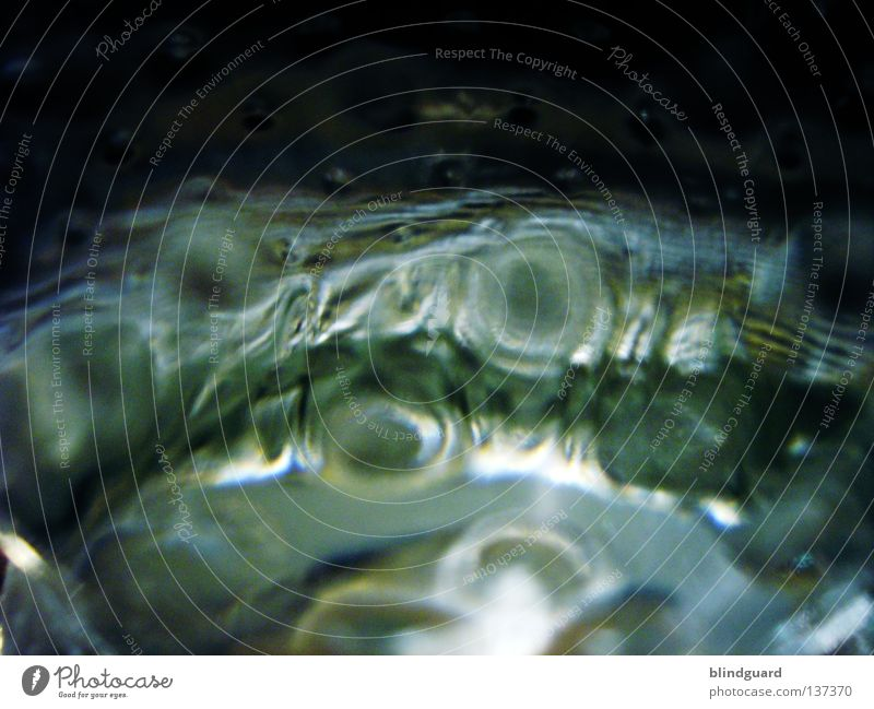 Bottleinspector Mineralwasser durchsichtig frisch nass Kohlensäure Makroaufnahme Erfrischung Sommer Gastronomie Bar Restaurant trinken Getränk Lichtbrechung