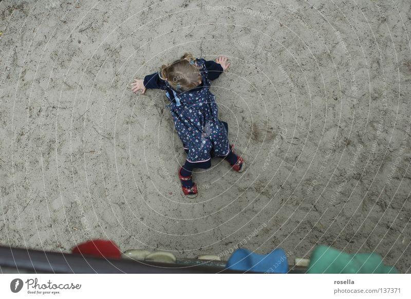 Absturz? Sturz unten Kind Spielen hilflos aufsteigen loslassen Spielplatz Schwäche oben Blick Klettern Abstieg