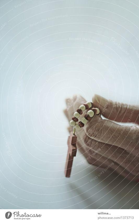 hingabe Hand ruhig Religion & Glaube Finger Hoffnung Christliches Kreuz Gebet Gott heilig trösten Ritual zierlich demütig Rosenkranz Frauenhand