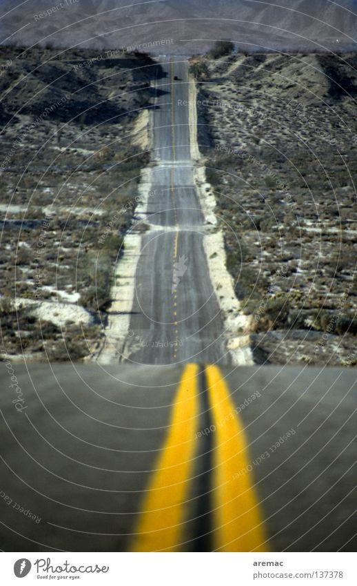 Bergab und danach immer geradeaus lang abwärts gelb Verkehr Mittellinie Amerika Arizona USA Wüste Straße Wege & Pfade Linie Berge u. Gebirge Perspektive