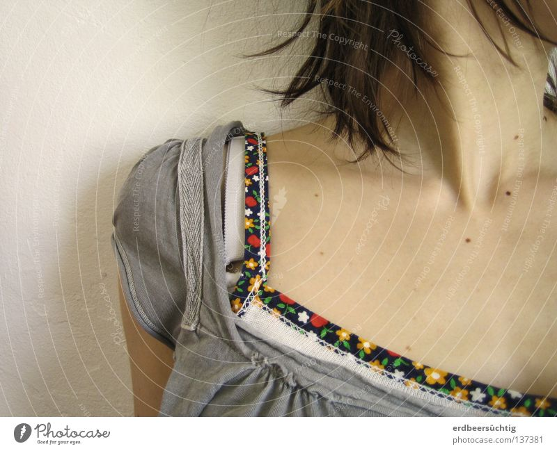 ausschnittsweise schön Haare & Frisuren Haut feminin Frau Erwachsene Jugendliche Blume Bekleidung T-Shirt Hemd frei hell grau weiß Haarsträhne Leberfleck