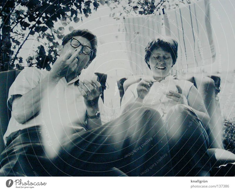 Glückliche Zeiten Frau Mann Ferien & Urlaub & Reisen Sommer Freude Glück lachen 2 Eis Zufriedenheit sitzen Camping Sechziger Jahre Handtuch Wäscheleine Luftmatratze