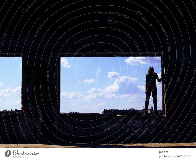 da gehts runter o.O Mensch Frau Himmel Jugendliche Stadt alt Einsamkeit Wolken Haus dunkel Fenster Graffiti Gebäude Mauer Beine Kunst