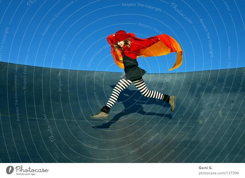 spring Maus Lebensfreude energiegeladen Ausgelassenheit Zufriedenheit Spagat springen gestreift Strumpfhose Pippi Langstrumpf Rotkäppchen Baseballmütze