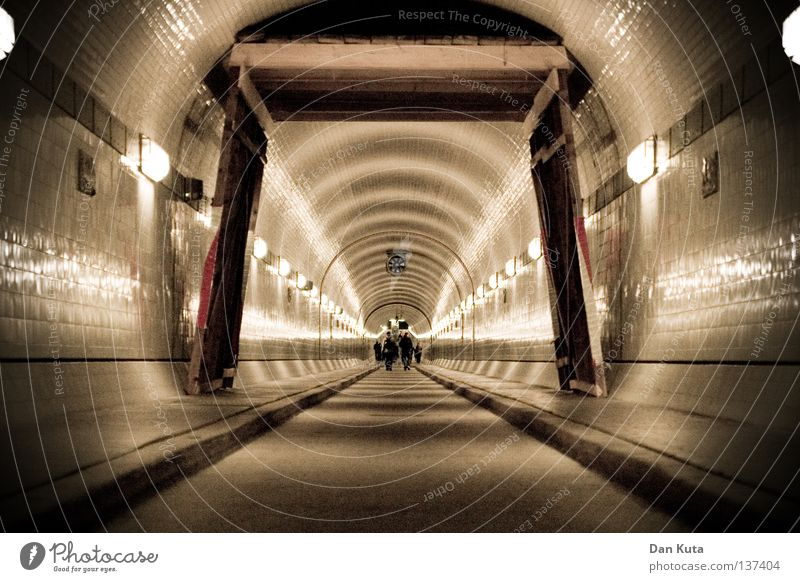 HH08 - Tunnelblick Mensch Freude springen Luft lustig Freundschaft Beleuchtung Regen Angst hoch liegen Ausflug mehrere Hamburg Perspektive stehen