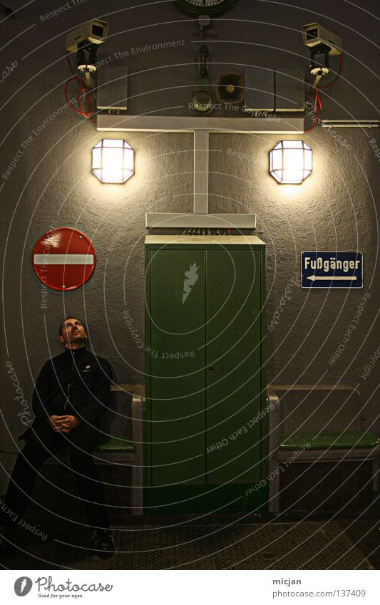 HH08.1 - Fußgänger Mensch Mann grün rot Lampe dunkel Erholung maskulin Schilder & Markierungen sitzen Kreis Sicherheit Pause Bank offen Zeichen