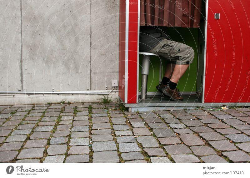 HH08.1 - Fotoautomatenjunkie Mann rot Mauer Beine Schuhe sitzen warten Fotografie Geschwindigkeit Fotokamera Hose Dienstleistungsgewerbe Kopfsteinpflaster Vorhang obskur
