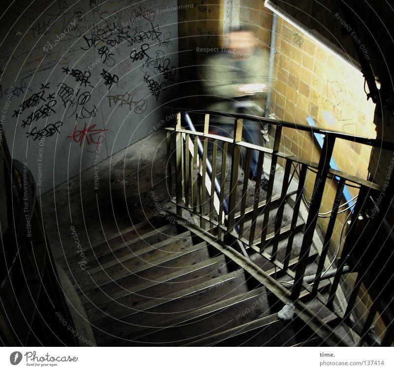 HH08 | Kurvenspezialist Mann Erwachsene Wand Graffiti Bewegung Stein Mauer Kunst maskulin Treppe Kultur unten Geländer historisch schäbig Treppengeländer
