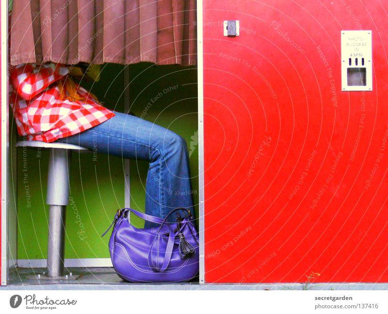 HH08.1 - 2 Euro Einwurf II Fotoautomat mehrfarbig rot grün Automat Fotografie Passbild Platz Frau Hose Sommer kopflos Tasche violett Muster kariert aufregend