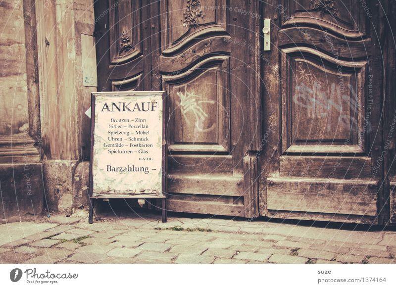 Zeit vertrödeln kaufen Geld sparen Handel Mauer Wand Fassade Tür Schilder & Markierungen Hinweisschild Warnschild verkaufen alt Armut historisch trist braun