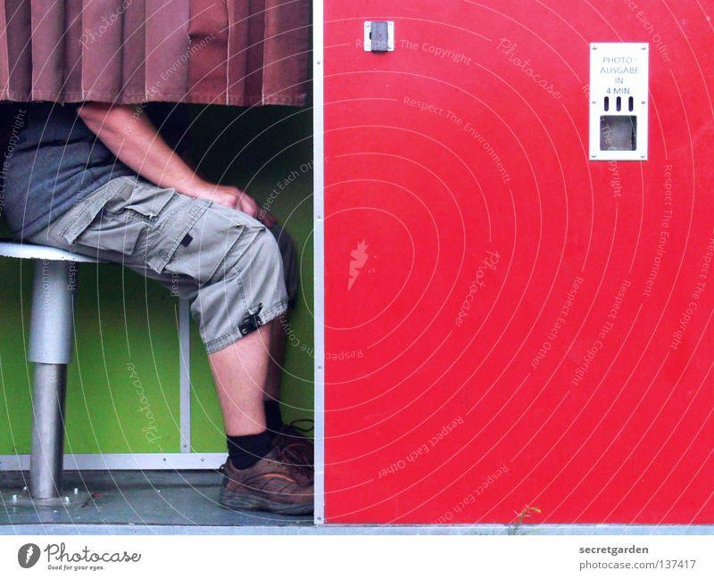 HH08.1 - 2 Euro Einwurf I Fotoautomat mehrfarbig rot grün Automat Fotografie Passbild Platz Mann Hose grau Shorts Sommer kopflos Fotografieren Vorhang bezahlen