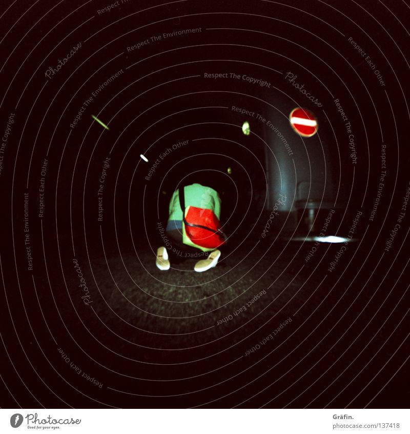 HH08 - kniet nieder grün rot Straße dunkel Schilder & Markierungen planen Sitzung Kreativität Tunnel erleuchten Tasche Inspiration Verabredung Fotografieren