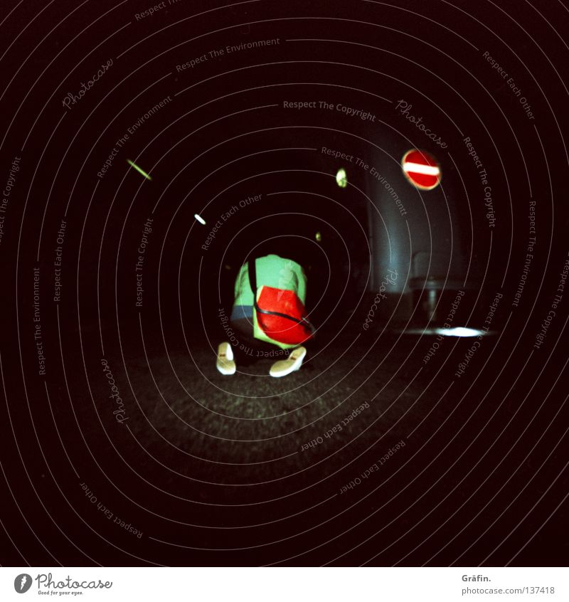 HH08 - kniet nieder grün rot Straße dunkel Schilder & Markierungen planen Sitzung Kreativität Tunnel erleuchten Tasche Inspiration Verabredung Fotografieren Fahrbahn unterirdisch