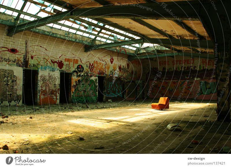 LESSER BEBEN! II Einsamkeit Graffiti orange Wohnung dreckig Häusliches Leben kaputt trist Pause Industrie Dinge Industriefotografie verfallen Gelassenheit Ruine
