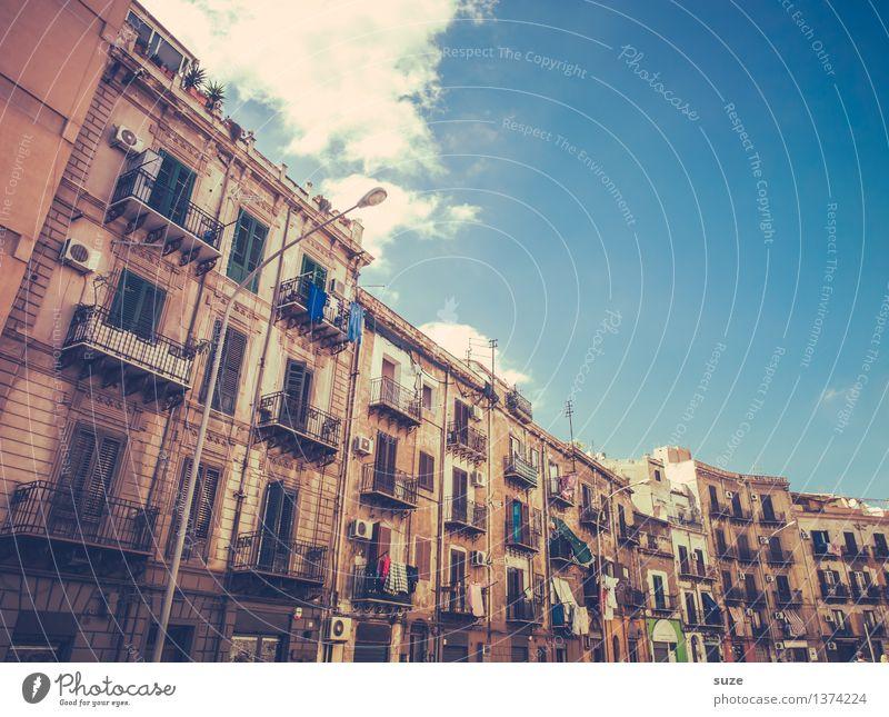 Die 4. Etage ist total verwohnt ... Ferien & Urlaub & Reisen Stadt alt Haus Fenster Reisefotografie Architektur Stil Gebäude Fassade Häusliches Leben dreckig