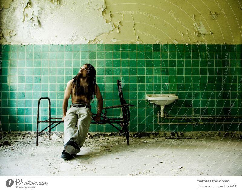 MORGENBLICK Bett Liege Sofa Gestell streben Eisen gekrümmt geschwungen unvollendet kaputt Pritsche verrotten veraltet dreckig Staub Putz Wand Fliesen u. Kacheln