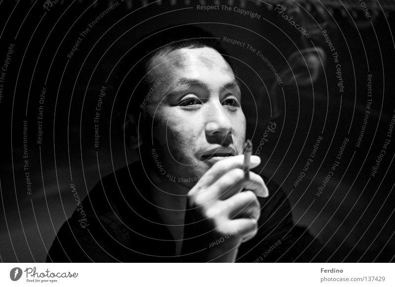 Sangshine Gesicht dunkel gefährlich Rauchen Asien China Konzentration Zigarette Japan Osten Krimineller Poker Asiate Kartenspiel Mensch Vietnam