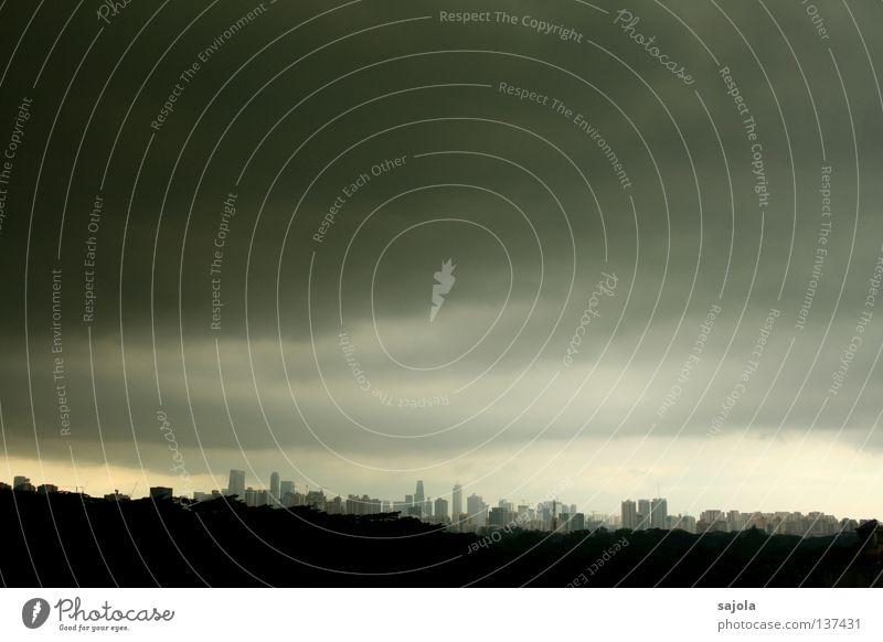 ein lichtblick am horizont Himmel Wolken Horizont Regen Stadt Skyline Hochhaus bedrohlich dunkel nass grau Stimmung Singapore Länder Monsun Bankenviertel
