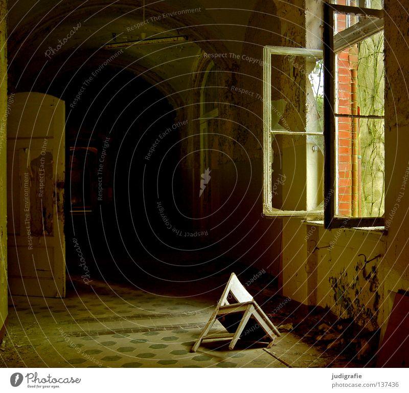 Heilstätte Haus Möbel Stuhl Raum Ruine Gebäude Fenster alt Traurigkeit gruselig kaputt Einsamkeit Angst Farbe Fensterladen Eingang Flur Putz verfallen