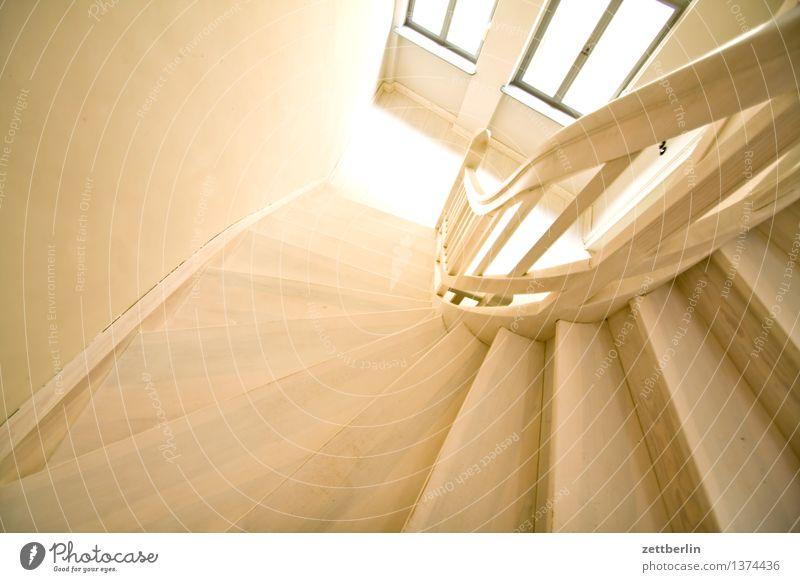 Treppe alt weiß Haus Fenster Holz hell Häusliches Leben Textfreiraum Niveau Geländer Wohnhaus Tradition Treppenhaus Treppengeländer Wohnhochhaus