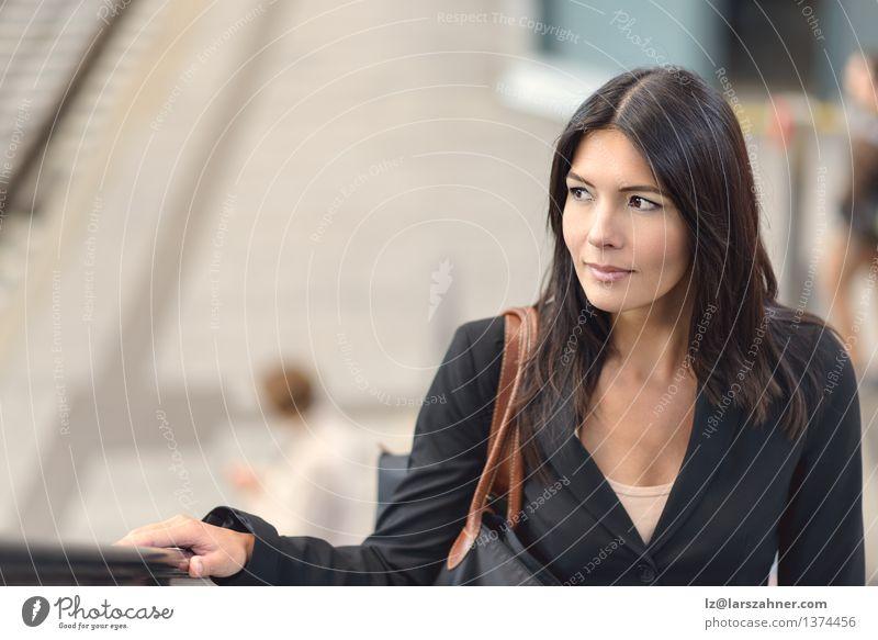 Frau auf der Rolltreppe kaufen Glück Gesicht ruhig Business Erwachsene Hand Architektur Verkehr brünett Freundlichkeit selbstbewußt steigen attraktiv