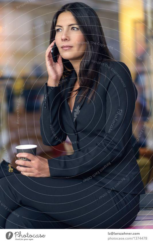 Lächelnde Geschäftsfrau, die auf Handy hört Frau Gesicht Erwachsene Business sitzen warten Technik & Technologie Papier Kaffee Telefon Café brünett selbstbewußt