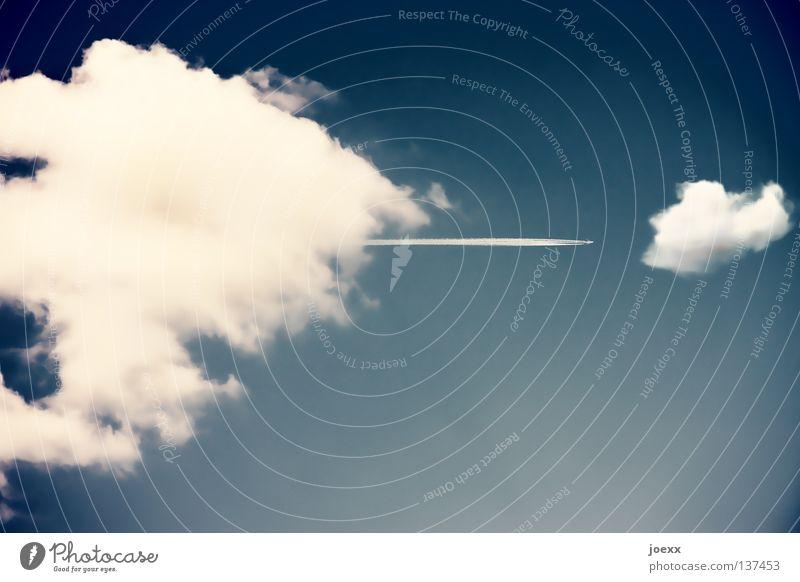 Man sieht mich, man sieht mich nicht, man sieht mich … Himmel Ferien & Urlaub & Reisen Wolken Flugzeug Geschwindigkeit Luftverkehr Streifen verstecken schießen Abdeckung Kondensstreifen