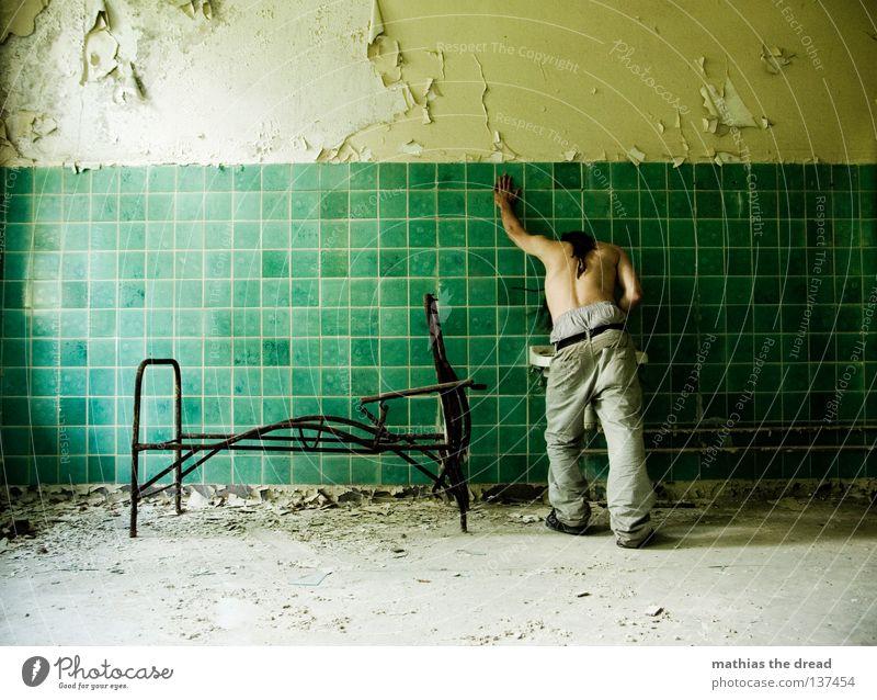KATZENWÄSCHE Bett Liege Sofa Gestell streben Eisen gekrümmt geschwungen unvollendet kaputt Pritsche verrotten veraltet dreckig Staub Putz Wand