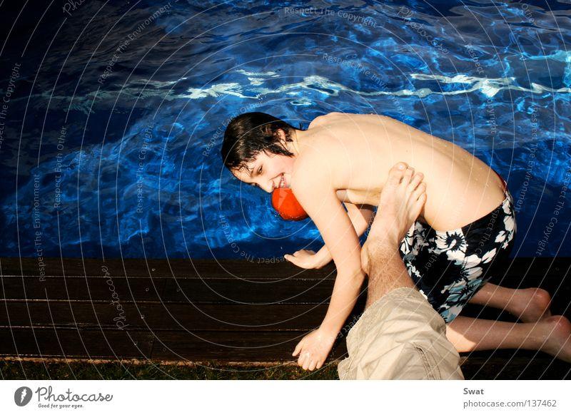 unverhofft kommt oft Wasser blau Sommer Ferien & Urlaub & Reisen Spielen Beine nass Schwimmbad Fußtritt