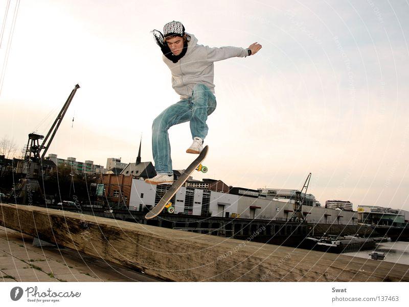 ready for take off Skateboarding Sonnenuntergang springen Stil Sport Spielen boarder Hafen Rolle olli