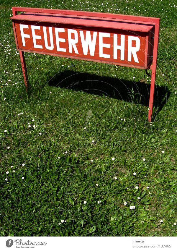 Call da Feuerwehr Schriftzeichen Typographie Wiese rot weiß grün Hilfsbereitschaft Helfer Öffentlicher Dienst Schilder & Markierungen Hinweisschild Schatten