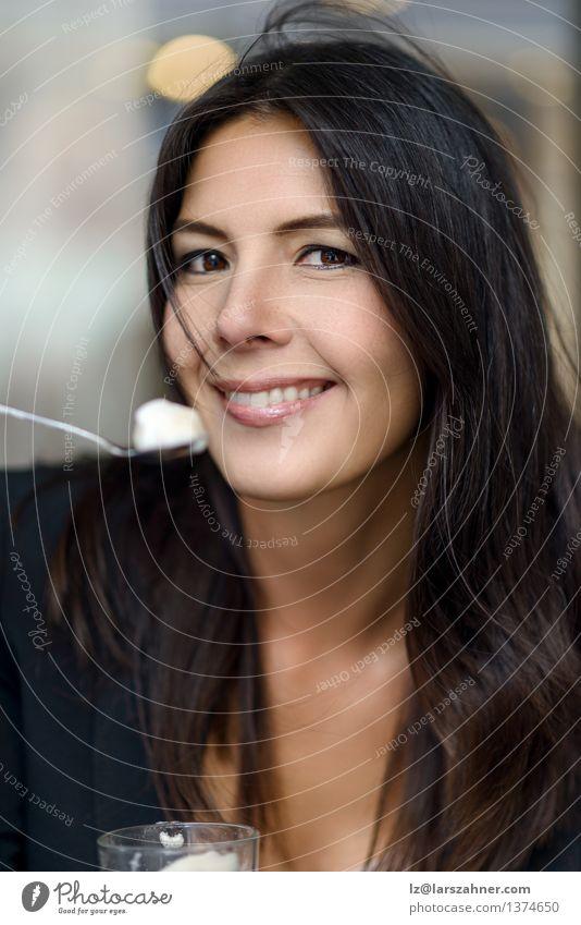 Lächelnde Frau, die ihre Schale Cappuccino genießt Erholung Erwachsene Essen Lifestyle Glück Business sitzen genießen Getränk Kaffee brünett Geschmackssinn