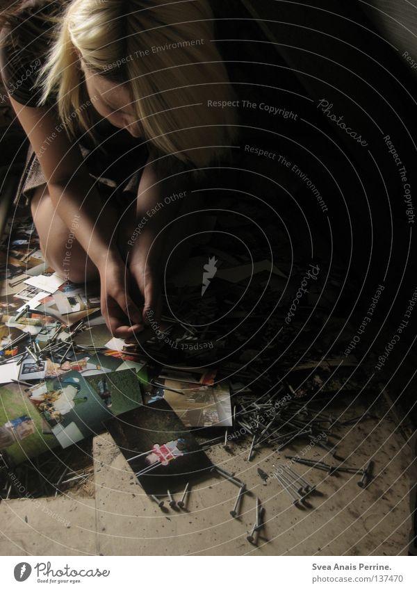 WAS BLEIBT VON DIR IST NICHTS Frau Jugendliche Fotografie dreckig sitzen Trauer Bodenbelag Ende Bild Schmerz Verzweiflung Nagel Erinnerung Schwäche knien