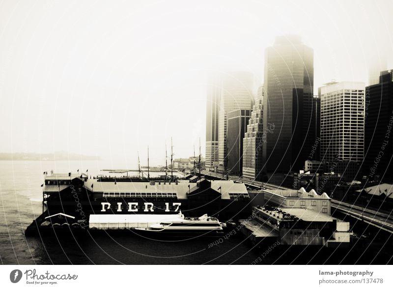 PIER 17 Meer Haus kalt grau Eis Wasserfahrzeug Nebel Hochhaus trist USA Romantik Hafen Schwarzweißfoto Amerika Anlegestelle New York City