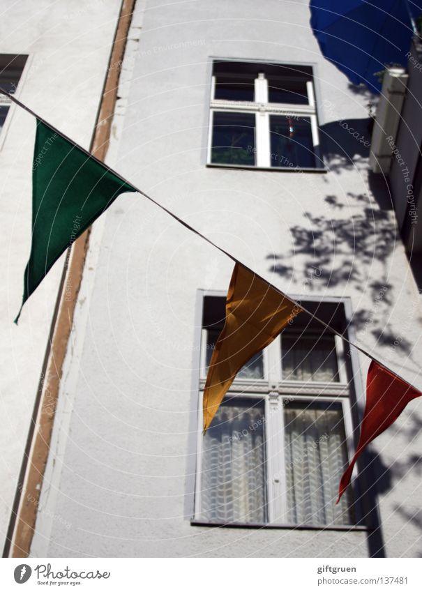 sommer auf balkonien Sommer Stadt Ferien & Urlaub & Reisen Balkon Sonnenschirm Haus Fenster Fassade Fahne Girlande Schmuck Dekoration & Verzierung Zierde hängen