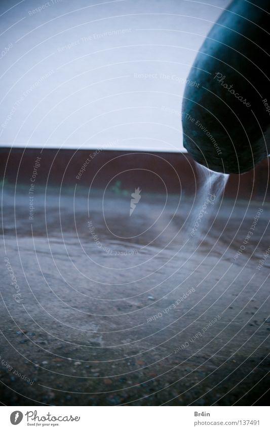 SprayPipe Gedeckte Farben Außenaufnahme Experiment Menschenleer Textfreiraum oben Tag Dämmerung Kontrast Wasser Regen Mauer Wand Flüssigkeit kalt nass rund blau