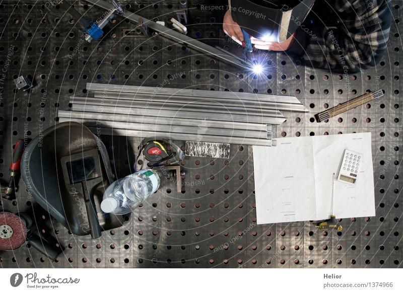 Metalworker 2 Mensch blau weiß Hand schwarz grau Metall Arbeit & Erwerbstätigkeit Arme Tisch gefährlich bedrohlich Industrie Baustelle Beruf Konzentration