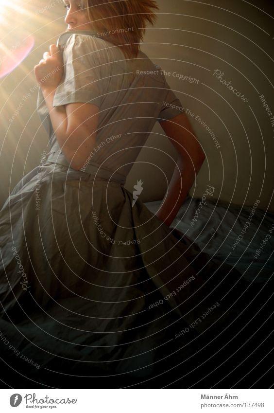 Sein und Schein. Frau Licht Sonne Schulter Schwäche Himmelskörper & Weltall Bekleidung Blick beobachten Haare & Frisuren Schatten Lichterscheinung Stähne Arme