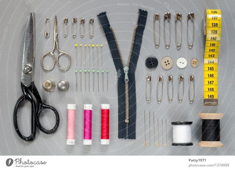 Super Stillleben II Design Mode Handarbeit Handwerk Schneider Näherei Schere Nadel Nähgarn Reißverschluss Sicherheitsnadeln Stecknadel Knöpfe Fingerhut Maßband